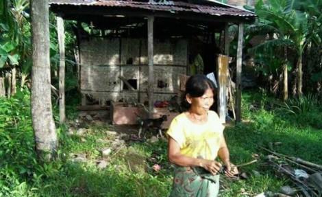 Ket gambar : Sungguh Malang Nasib Hasnaeni (43) dan Anaknya Muhammad Arat (7) sudah 10 tahun hidup gubuk Tua yang nyaris Roboh di Dusun Banga-banga, Desa Bunga, Kecamatan Mattiro Bulu, Pinrang.Senin (27/2/2017).