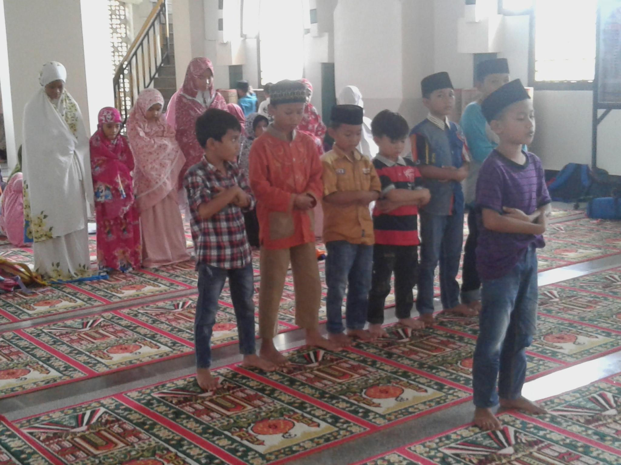 Ket foto Belajar sholat Bagi Anak anak peser RBC di gelar Di Masjid Al Munawwir Pinrang